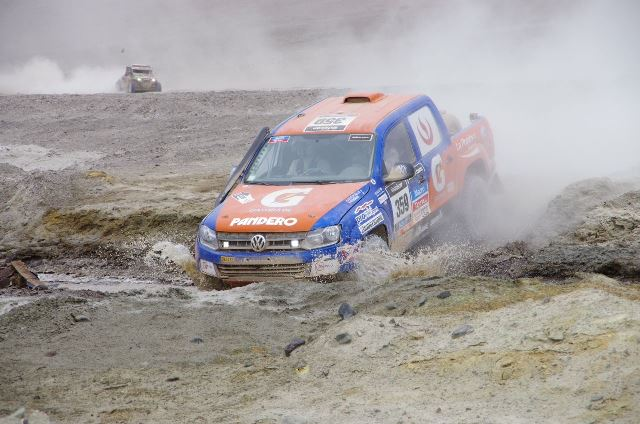 Luis Felipe Pinillos & Ive Bronberg - Autos Dakar 2014 / Foto: Facebook Team Pro Raid Perú