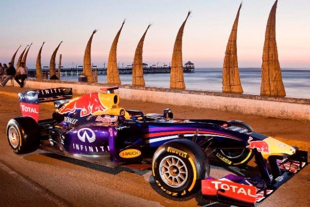 Infiniti Red Bull Racing F1 Car en la playa de Huanchaco, Trujillo. / Foto: Prensa Red Bull F1 Circuito Lima