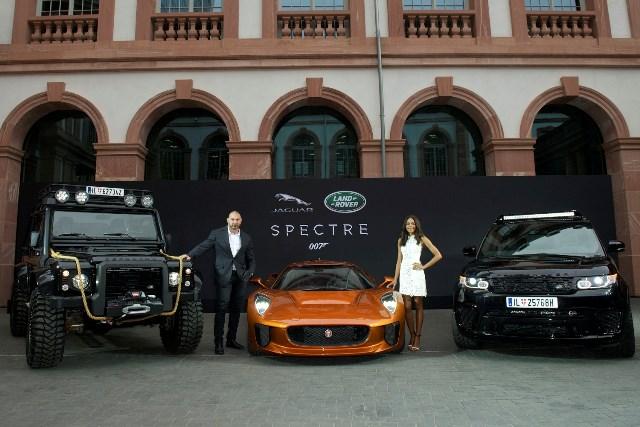 David Batista y Naomie Harris con los modelos Jaguar, Land Rover y Range Rover - James Bond /Foto: Jaguar Land Rover